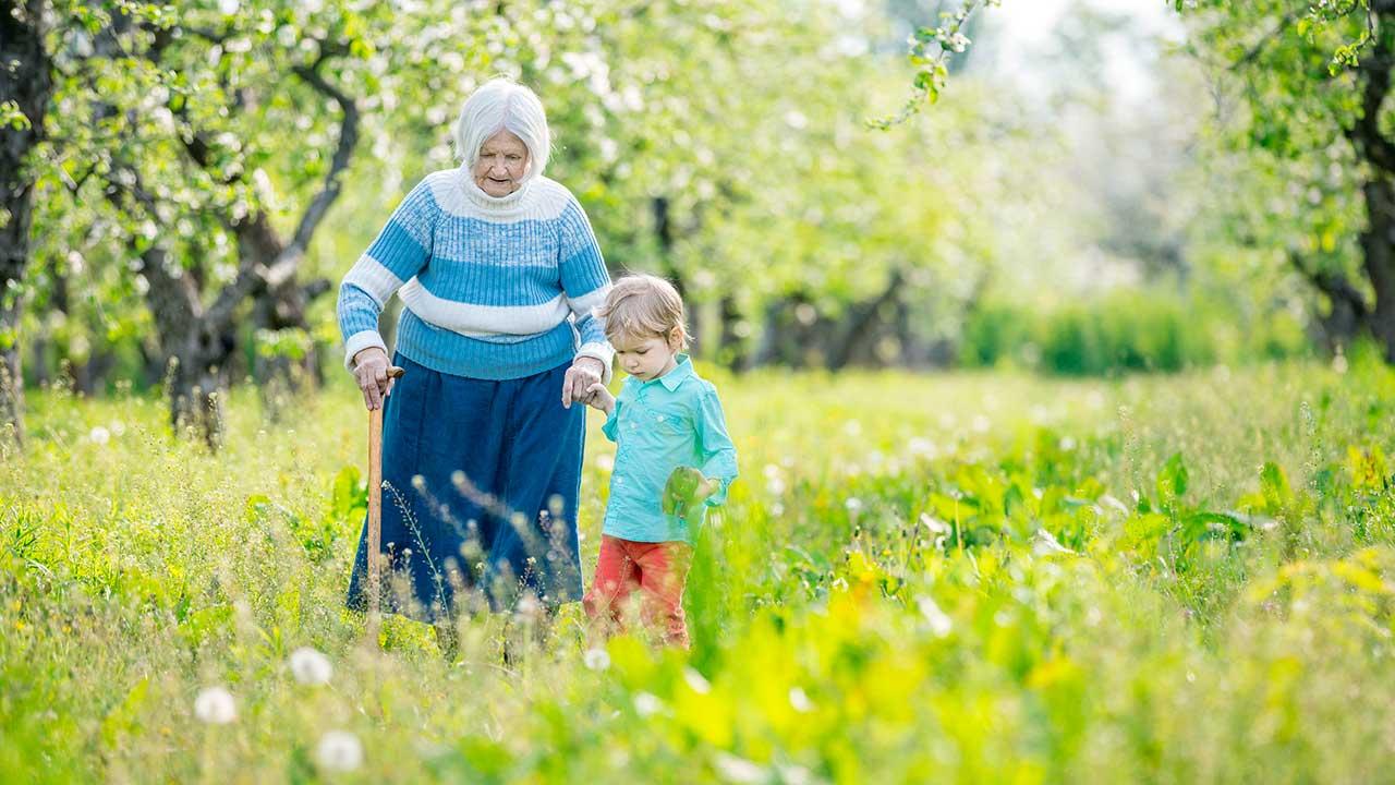 Seniorin unterwegs mit ihrem Enkel
