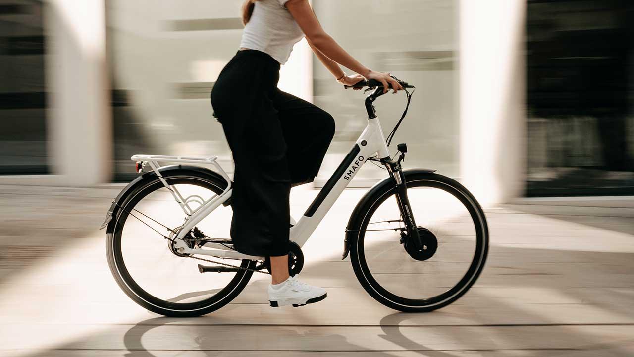 Frau unterwegs mit einem E-Bike