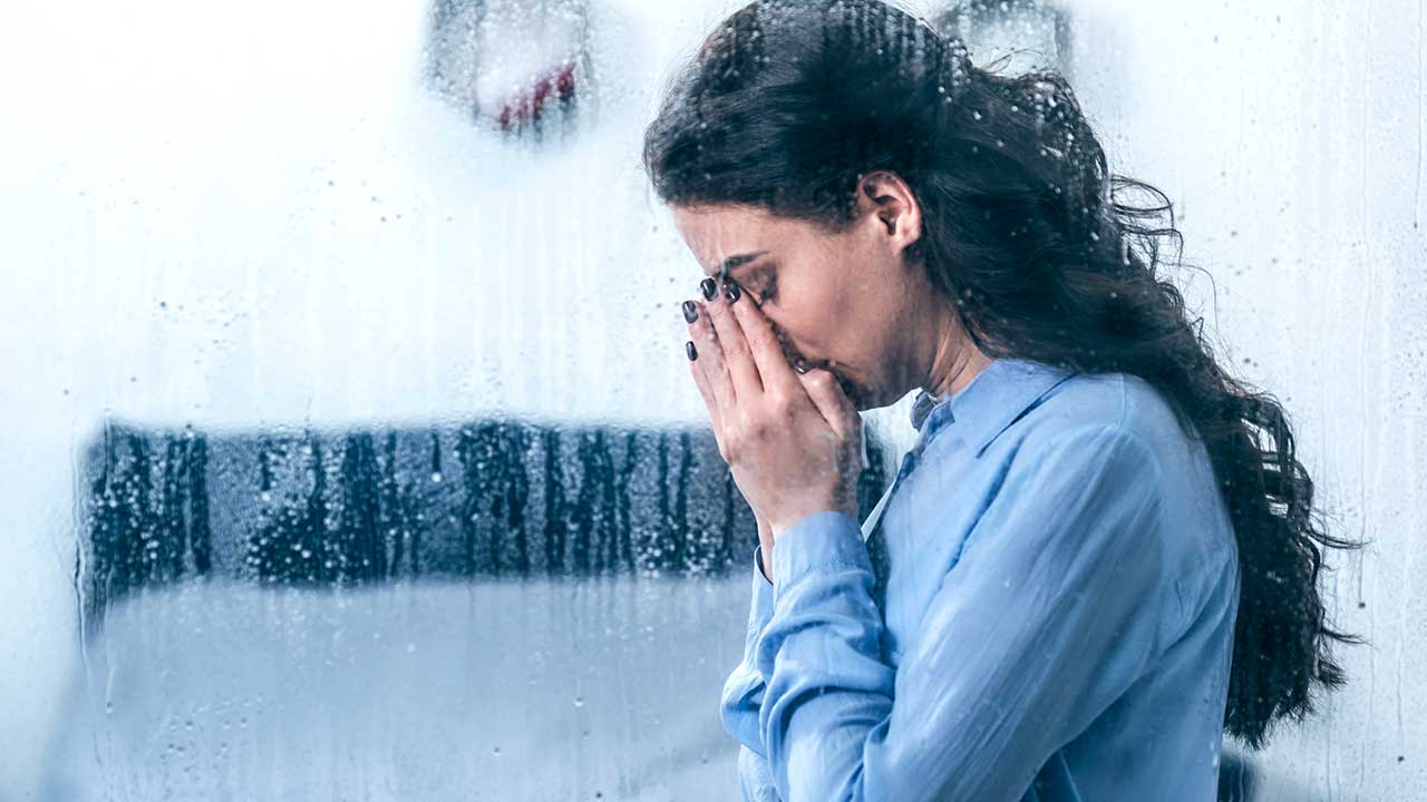 Verzweifelte Frau am Beten