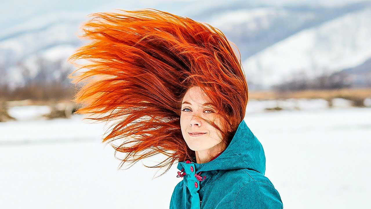 Frau mit ihren roten Haaren in die Luft geschwungen