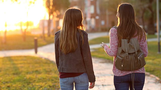 Zwei Freundinnen unterwegs