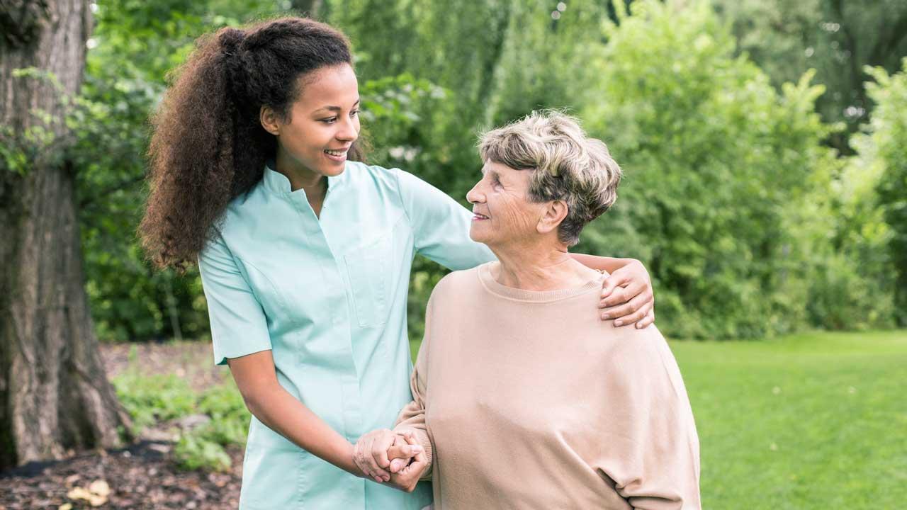 Pflegerin mit einer Seniorin