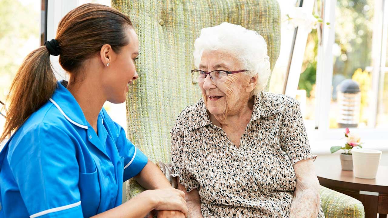 Pflegerin und Seniorin