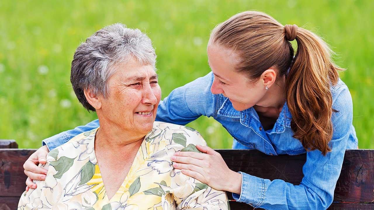 Enkelin wendet sich ihrer Grossmutter zu