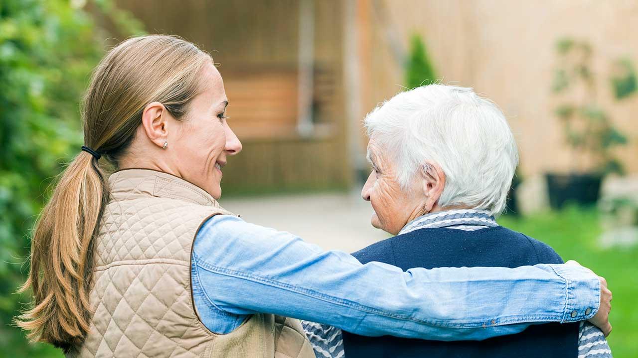 Jüngere Frau wendet sich Seniorin zu