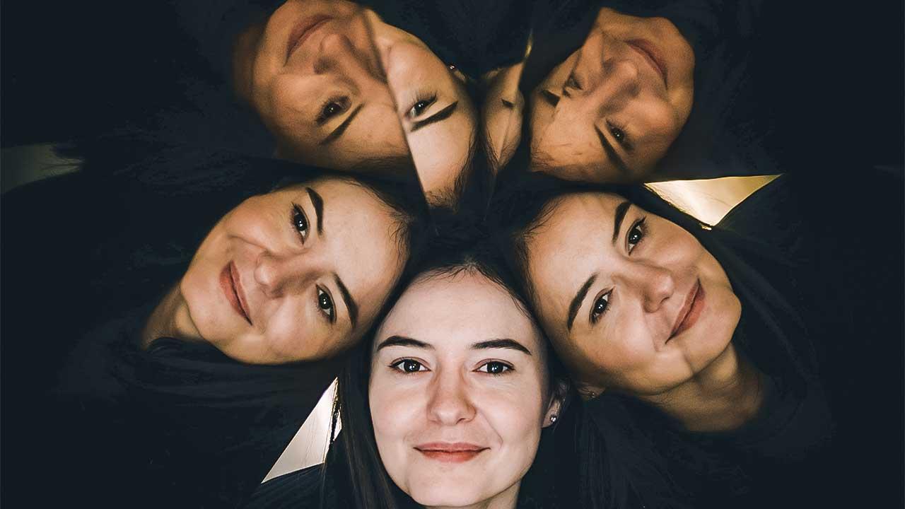 Gesichter einer Frau im Stil eines Kaleidoskops