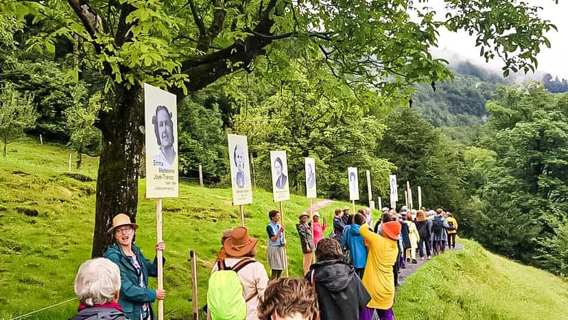 Teilnehmerinnen des Frauenrütlis unterwegs am 1. August