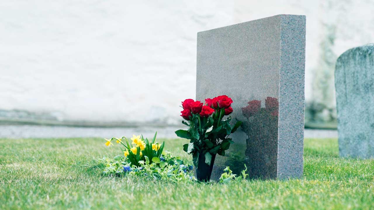 Blumenschmuck eines Grabsteins
