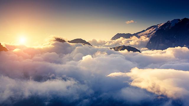 Sonne über dem Nebel
