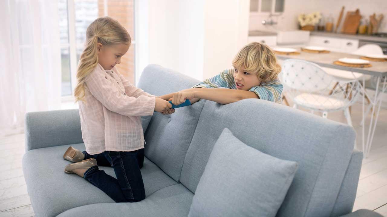 Geschwister streiten um ein Tablet