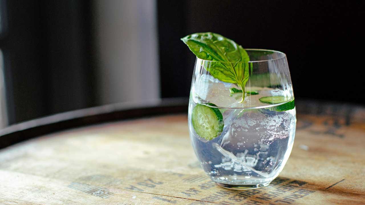 Ein Gin Tonic steht auf einem Tisch