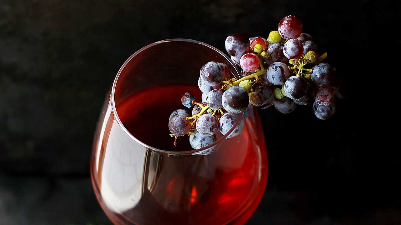 Glass Wein mit Trauben