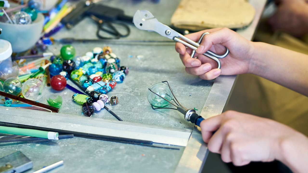 Handwerk mit Glasperlen | (c) 123rf