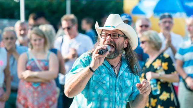 Marco Gottardi singt vor Publikum