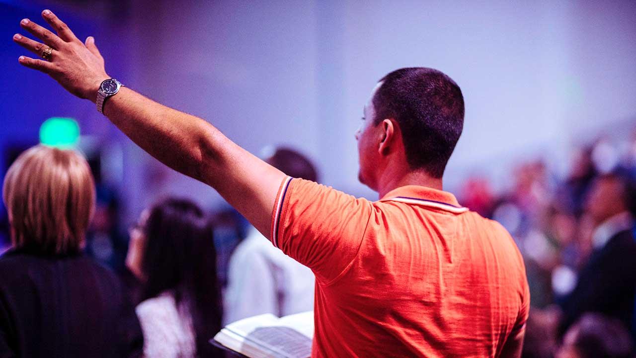 Rückansicht von Menschen in einem Gottesdienst