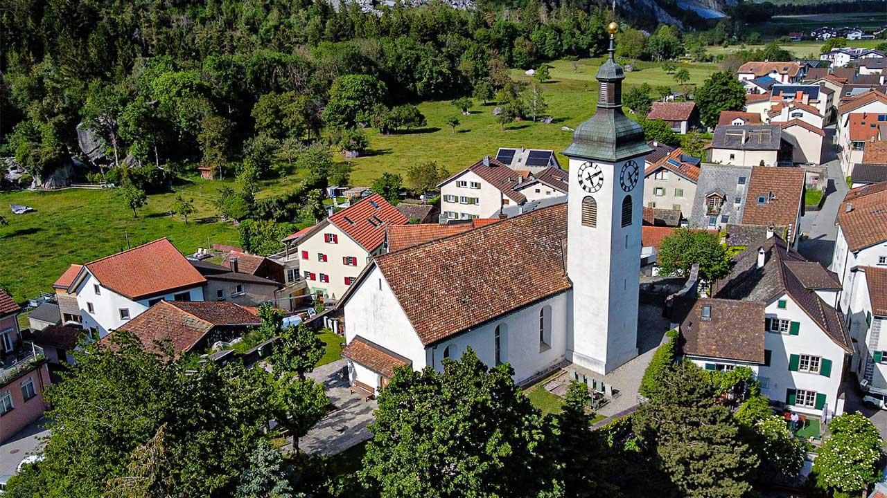 Dorfzentrum von Felsberg mit reformierte Kirche