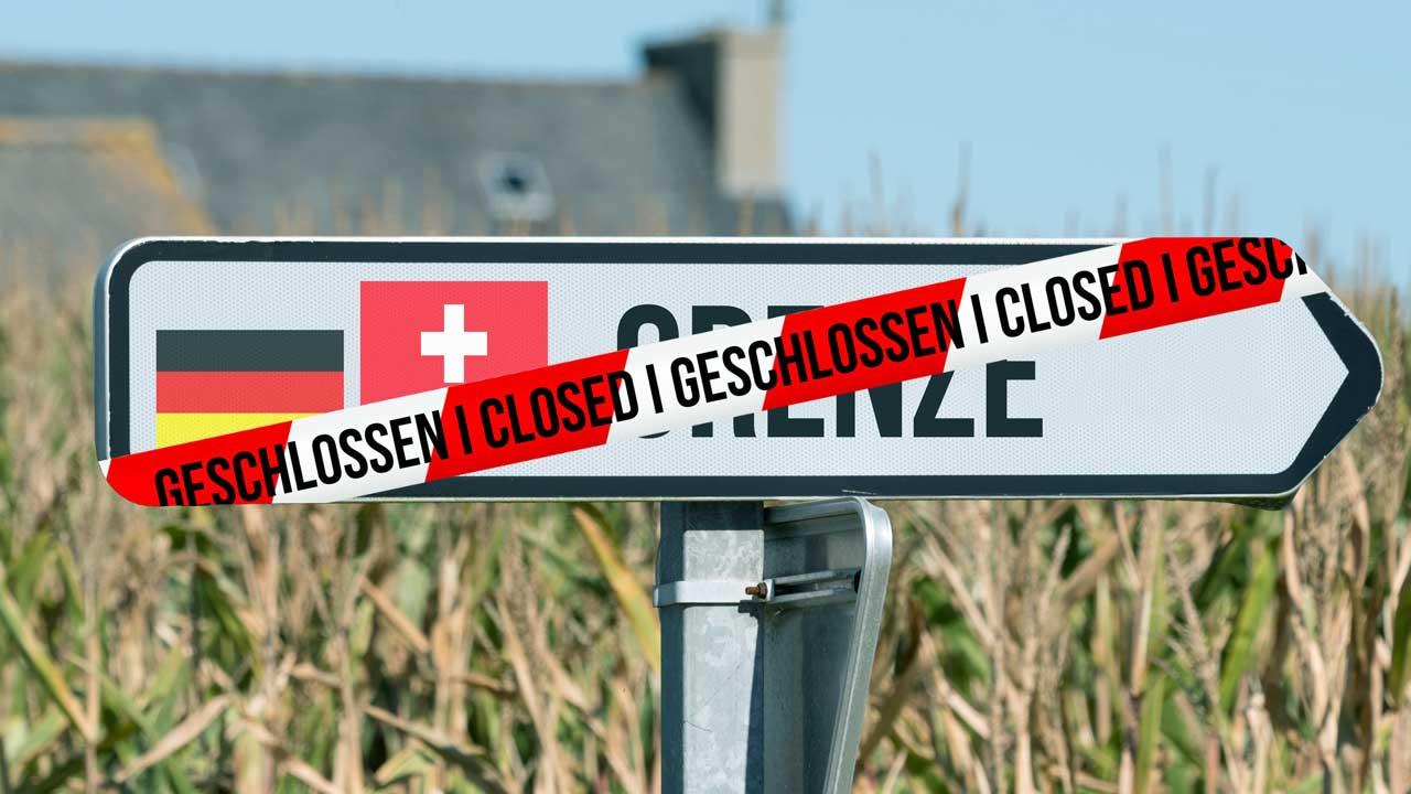 Schild zeigt Grenze zwischen Schweiz und Deutschland an, gleichzeitig ist ein Kleber mit der Aufschrift «geschlossen» über dem Schild