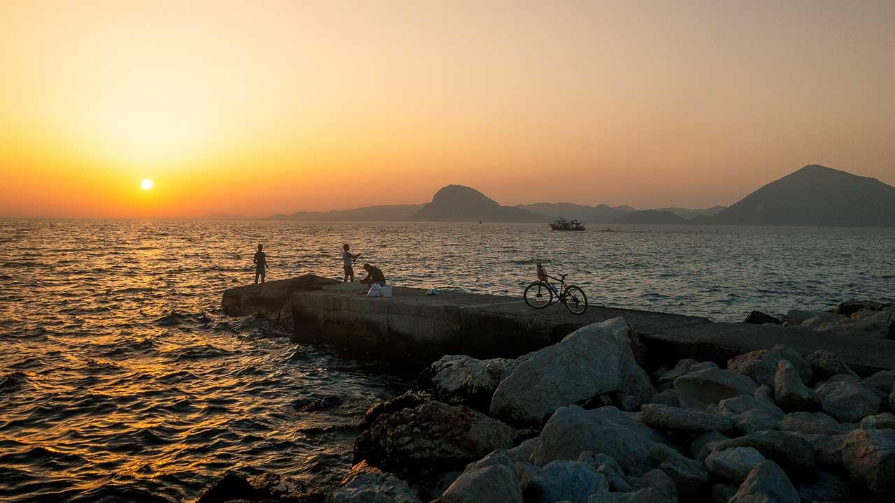 Küste der Peloponnes im Sonnenuntergang