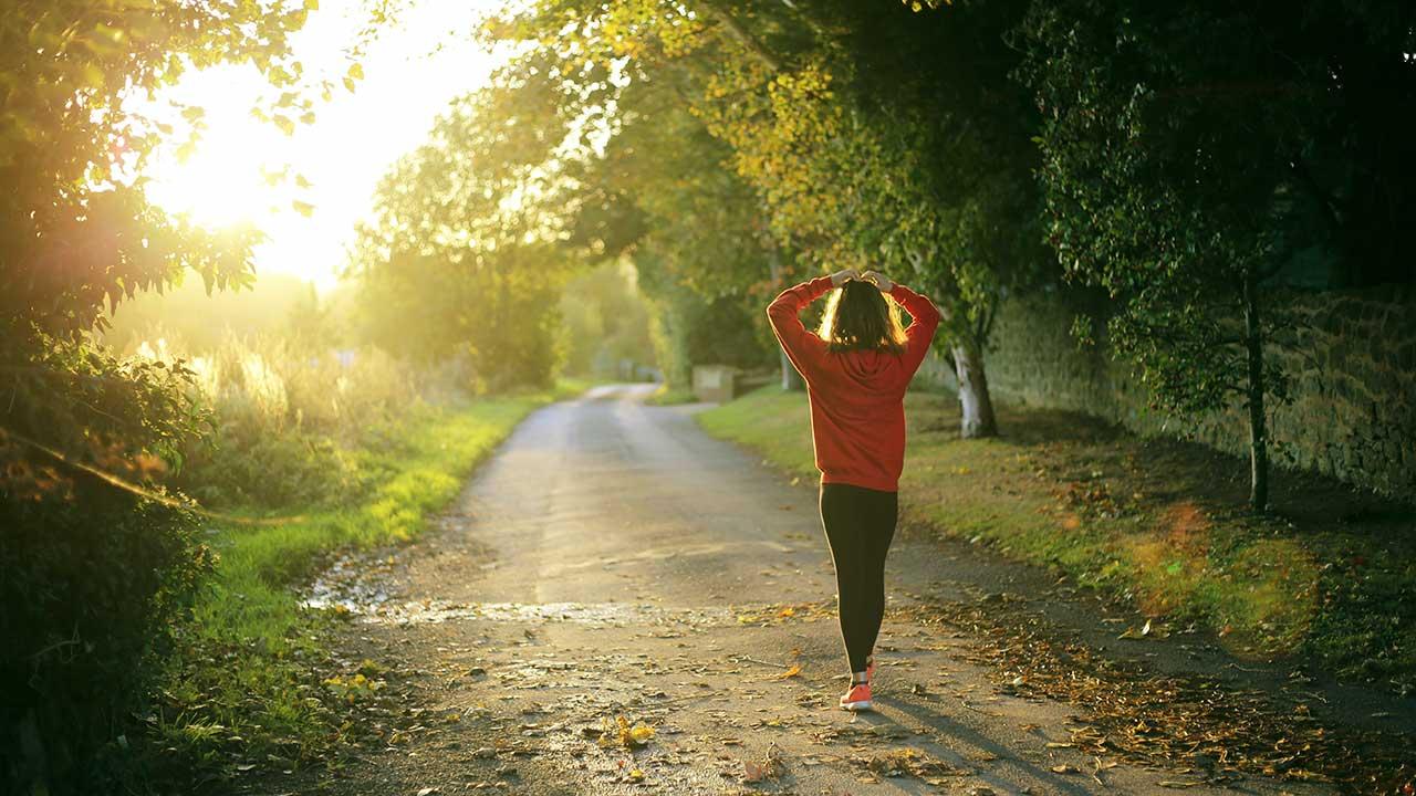 Frau in Fitness-Kleidern unterwegs am Morgen
