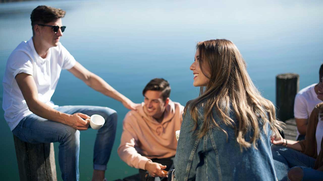 Freunde zusammen auf einem Steg am Pfäffikersee
