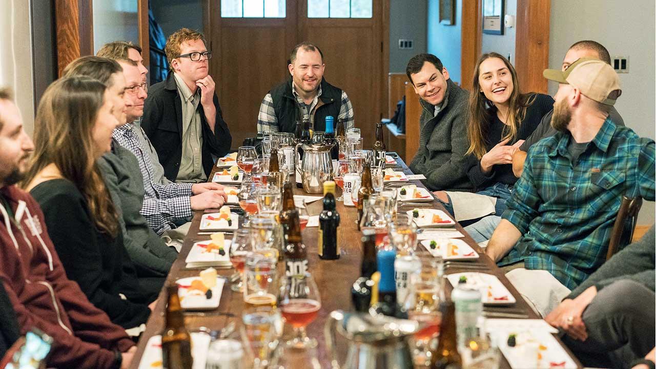 Menschen sitzen um einen Tisch