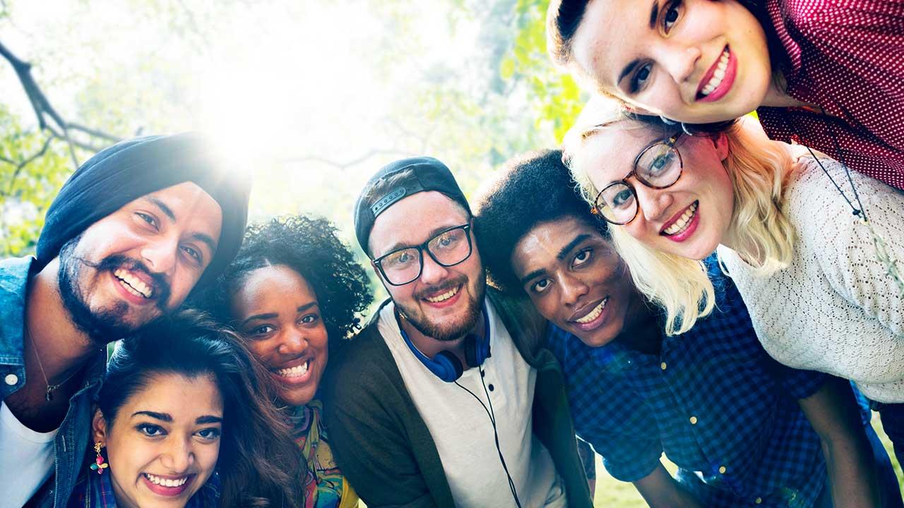 Einheit von verschiedenen jungen Erwachsenen trotz Verschiedenheit