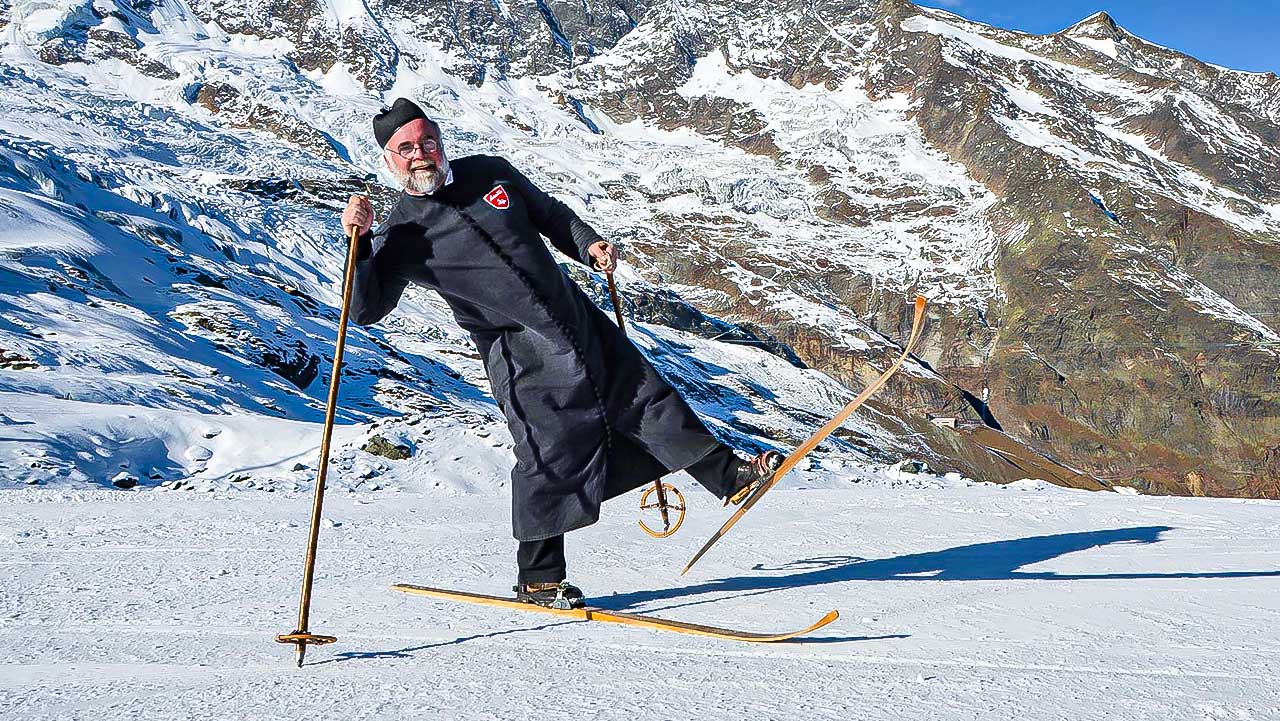Pfarrer Christoph Gysel auf Skiern