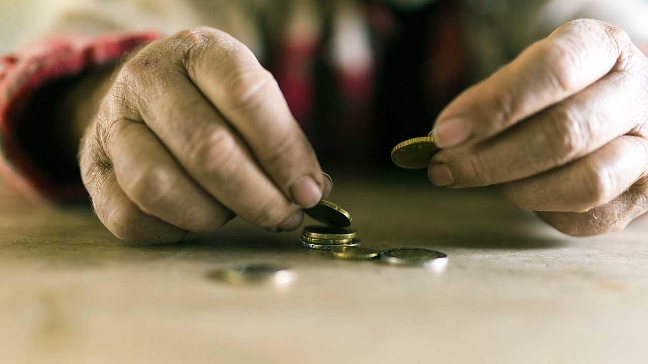 Hände zählen Münzen