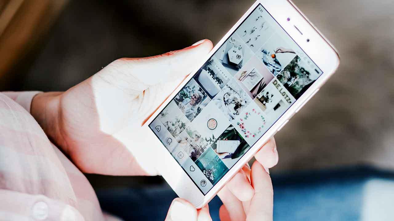 Hände halten Smartphone
