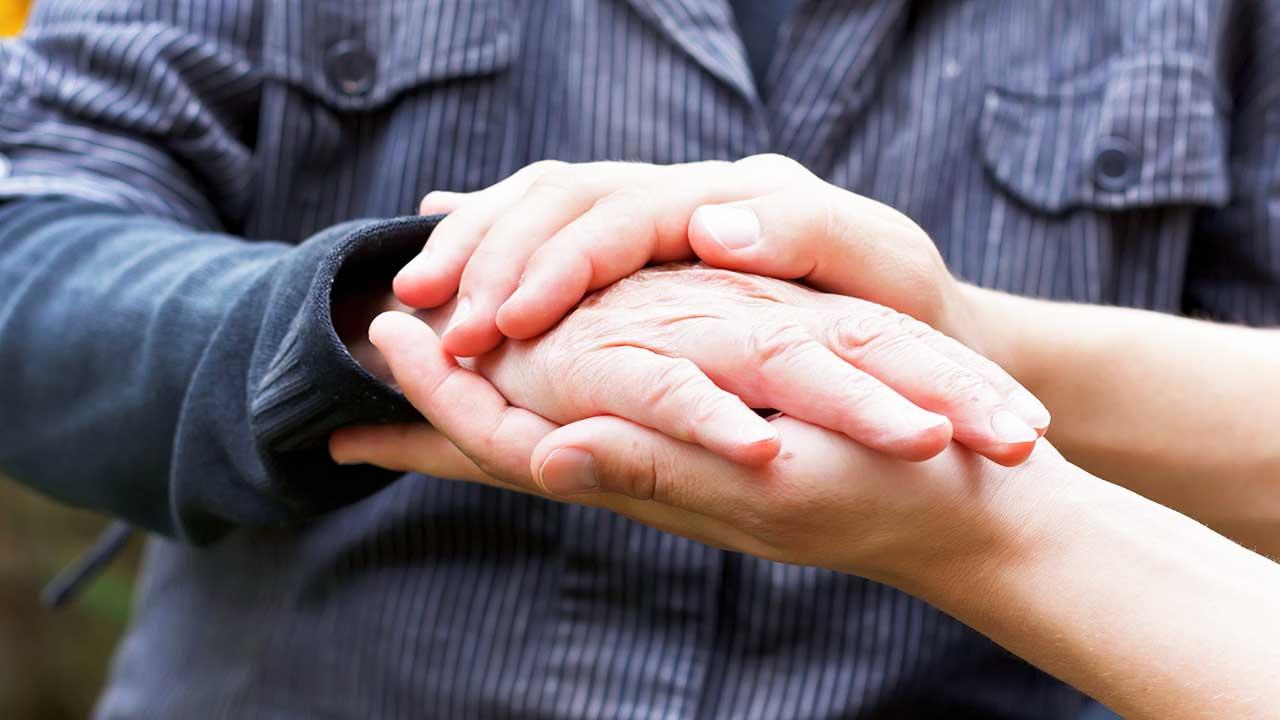 Ein Paar Hände hält eine Hand