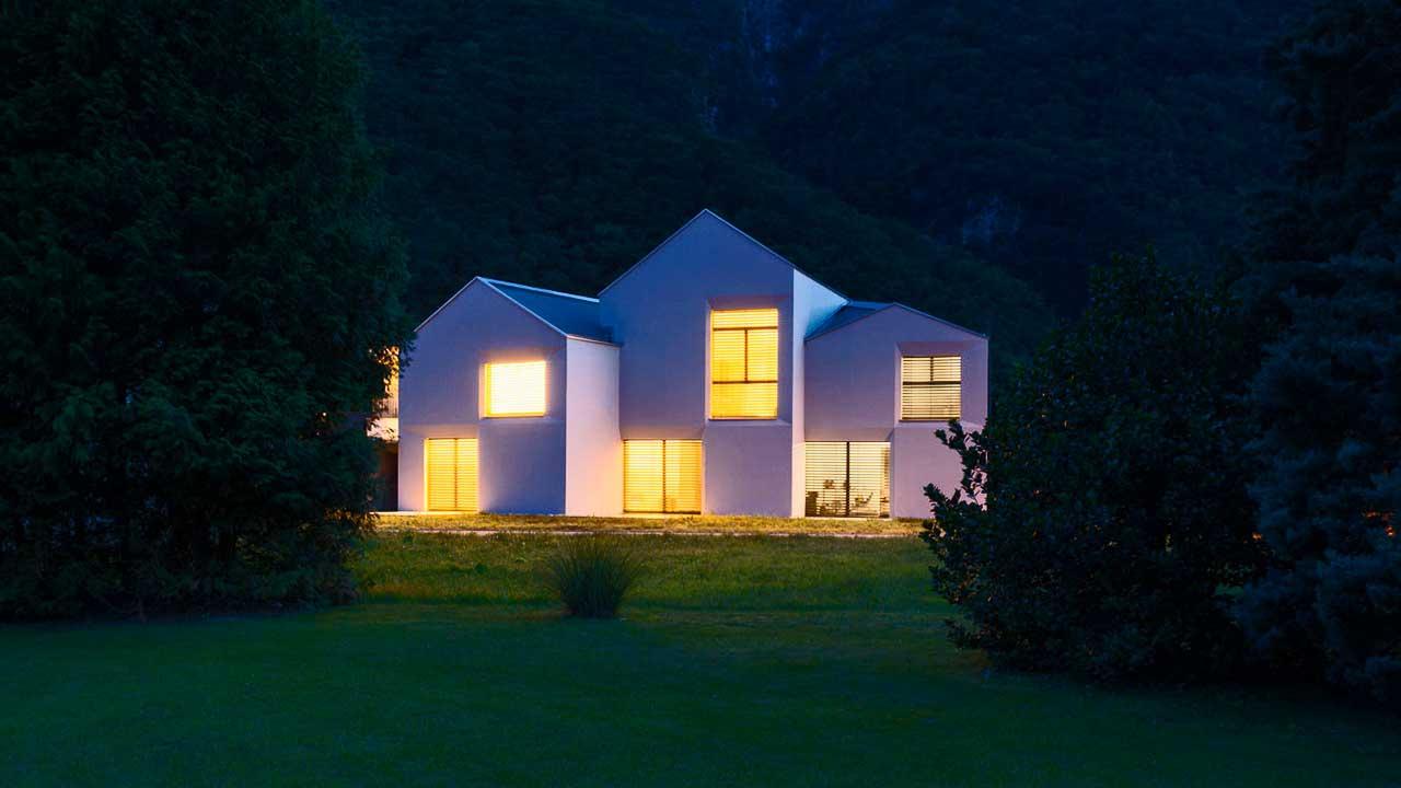 Hell erleuchtete Fenster von Häusern in der Nacht