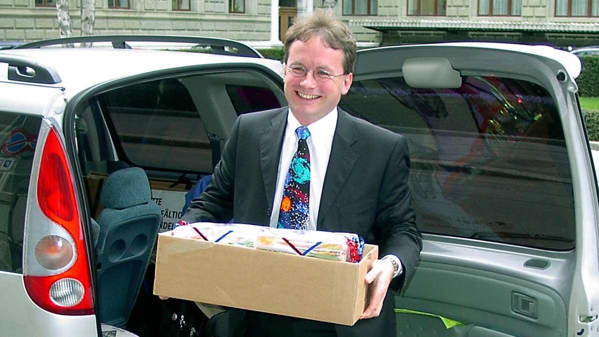 Geschäftsführer Hanspeter Hugentobler mit Schachteln voll Unterschriften für ein christliches Radio, 2004