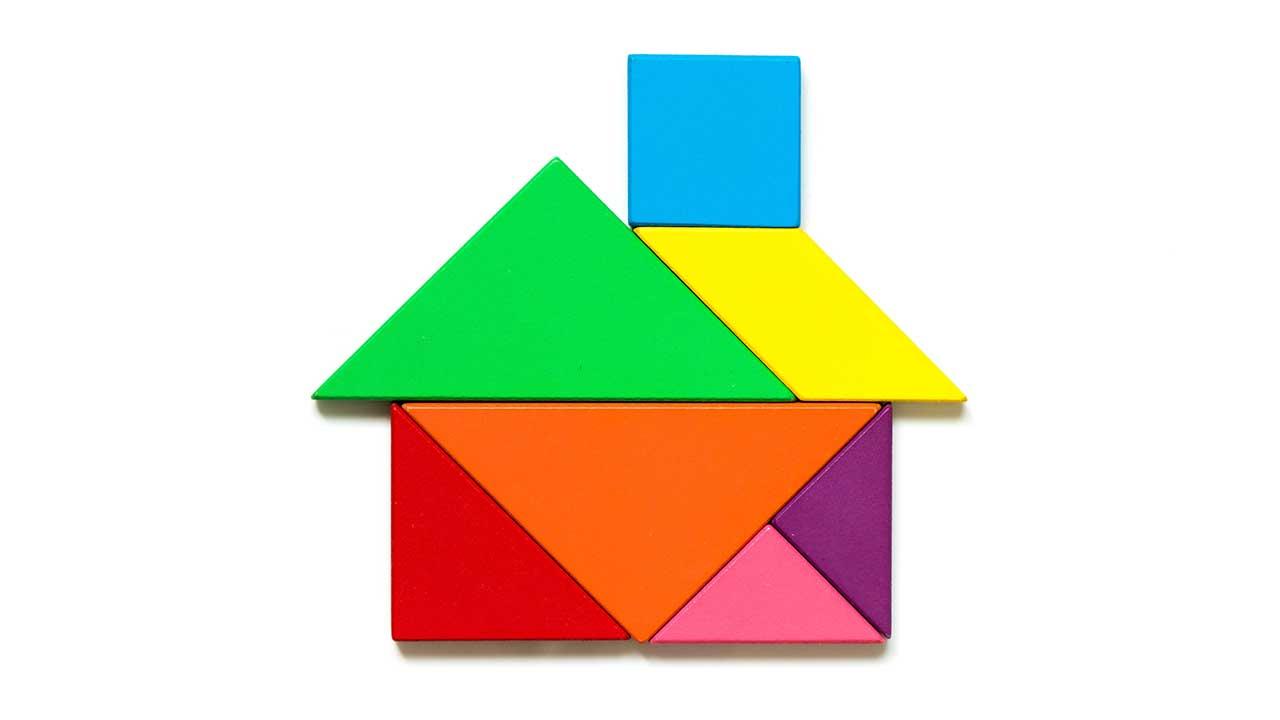 Verschiedenfarbige flache Klötzchen bilden ein Haus