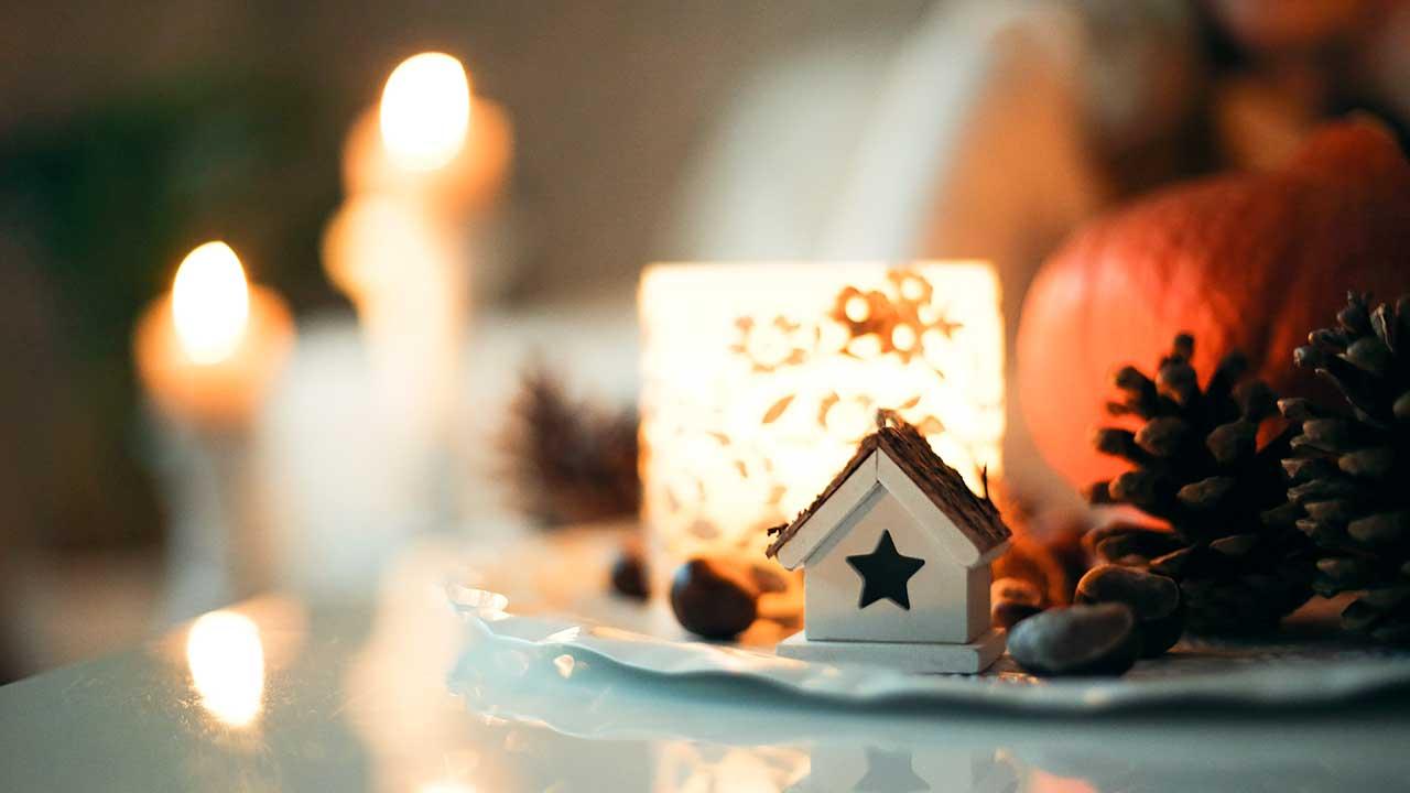Herbstliche Stimmung mit Kerzen und Kürbissen | (c) Sweta Meininger/Unsplash