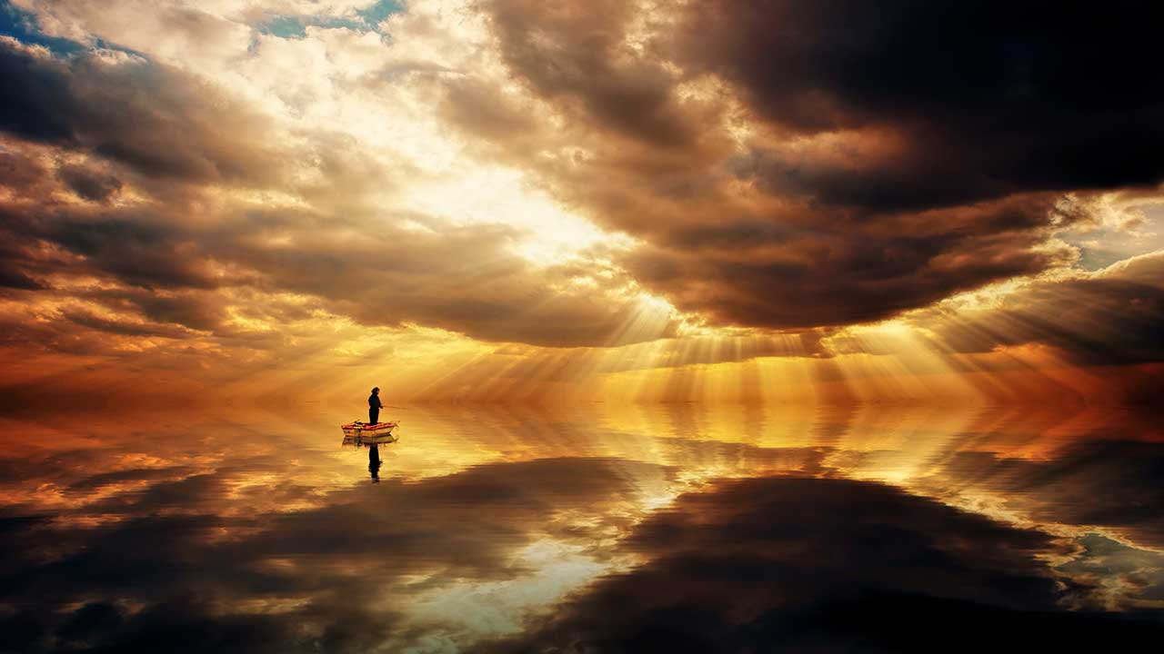 Orangefarbener Himmel über einem Fischer in seinem Boot | (c) Johannes Plenio/Unsplash