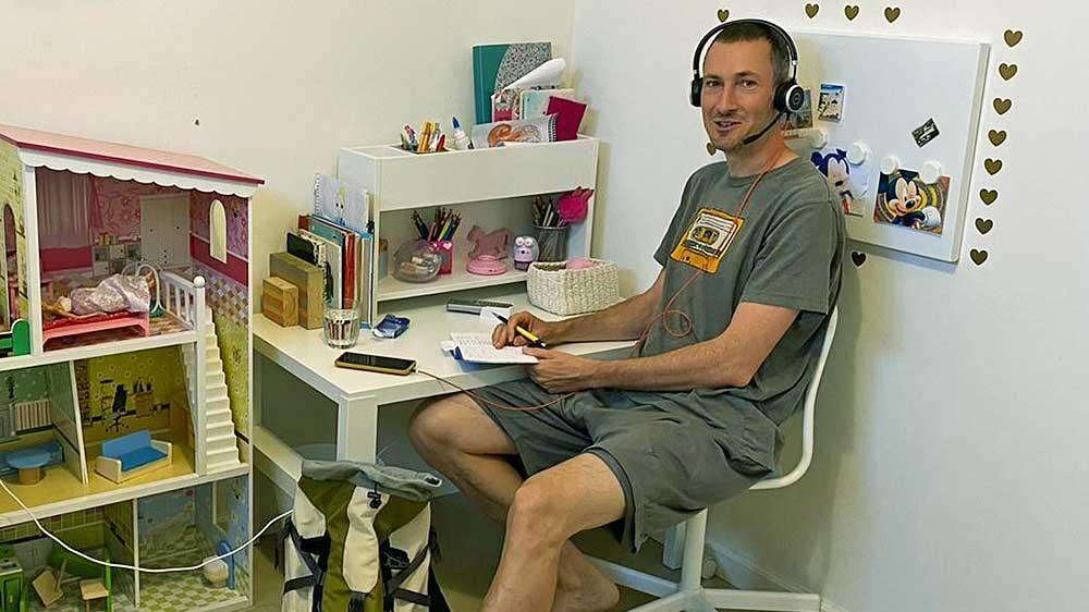Der ehemalige Radioredaktor Georg Hoffmann berichtet aus einem Kinderzimmer in einem Airbnb