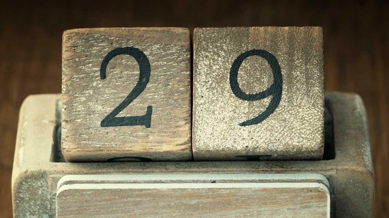 Holzkalender zeigt den 29. an