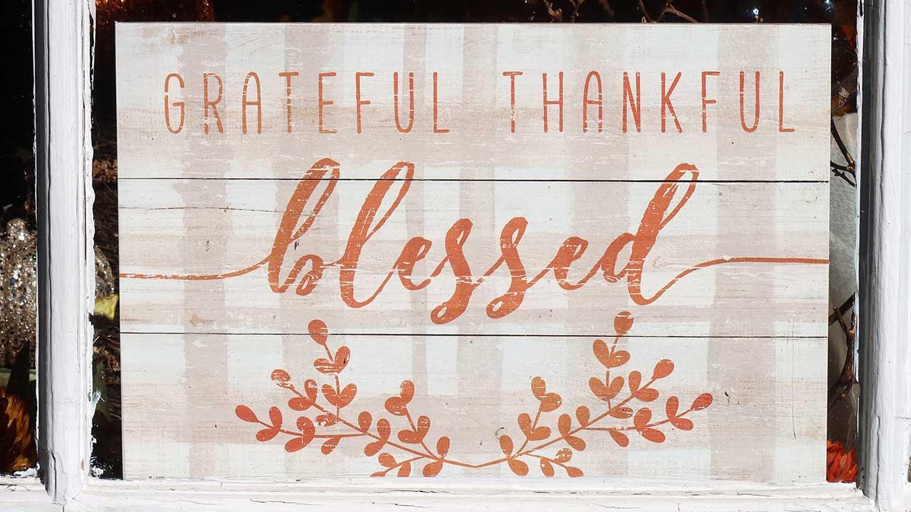 Holzschild mit der Aufschrift grateful, thankful, blessed»