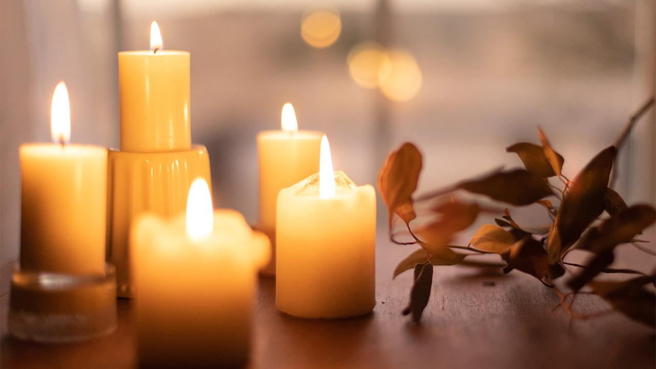 Einige Kerzen die brennen.