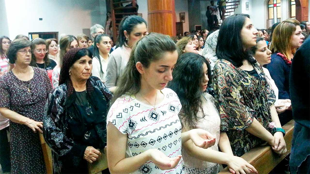Christen während eines Gottesdienstes im Irak   (c) Kirche in Not