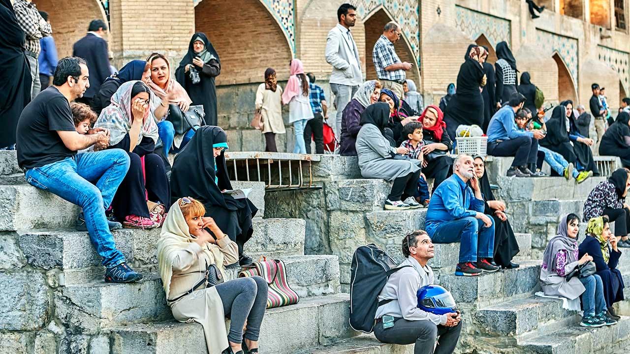 Menschen sitzen in der iranischen Stadt Isfahan auf Treppenstufen