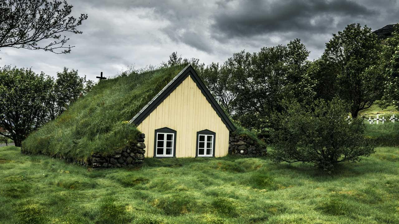 Kirche mit begrüntem Dach in Island