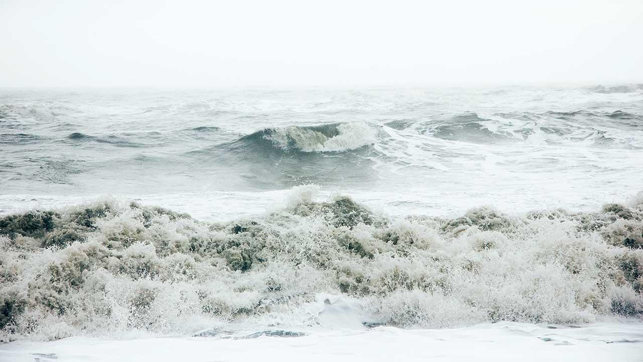 stürmisches Meer am Strand von Reynisfjara, Island