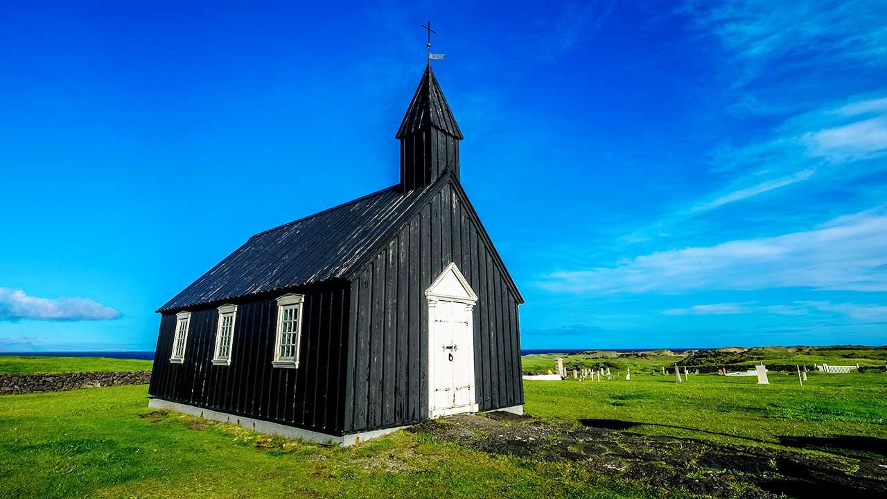 braune Holzkirche in Island | (c) Francesco Ungaro/Unsplash