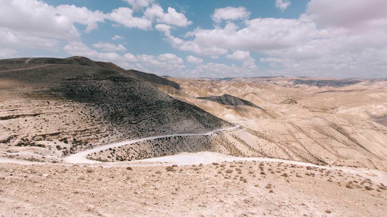 Sich schlängelnde Strasse in der Wüste bei Arad, Israel