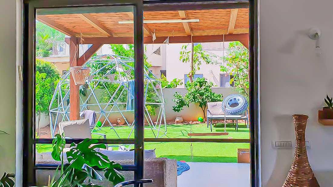 Familie Hoffman befindet sich in Israel in Quarantäne. Blick in den Garten ihres Hauses.