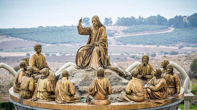 Bergpredigt: Skulptur von Jesus und den Jüngern