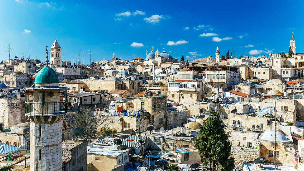 Jerusalem mit Minarett und Kirchtürmen