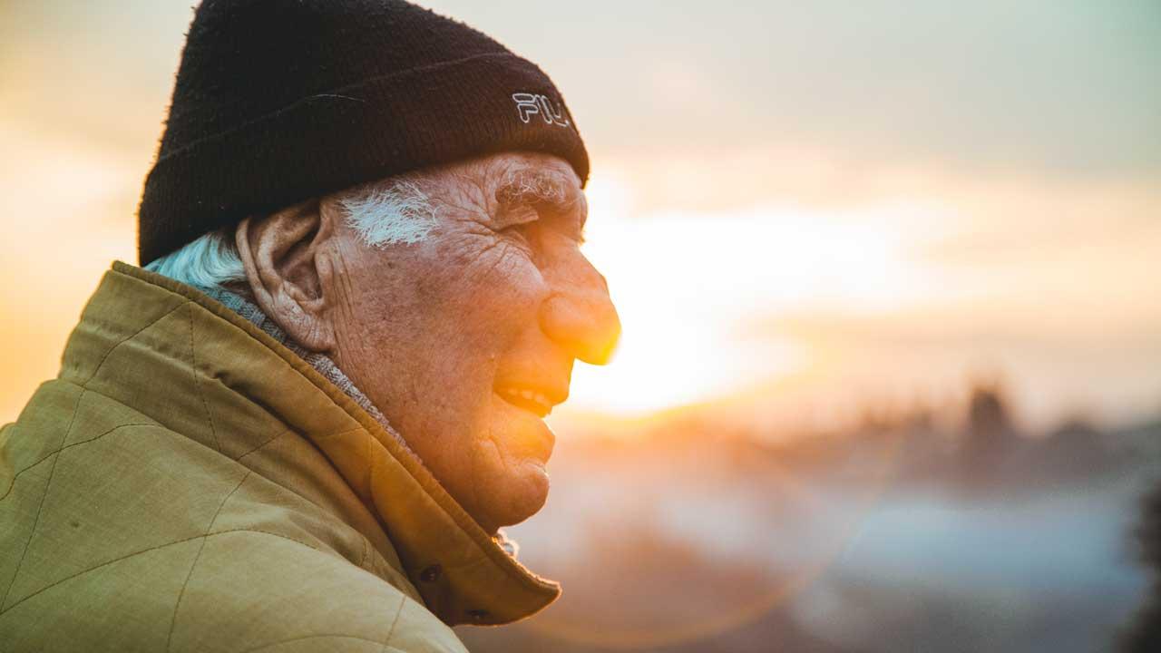 Mann in Florenz wird vom Sonnenlicht der goldenen Stunde angeleuchtet