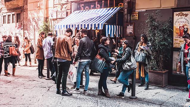 Menschen in der Innenstadt von Neapel